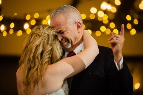 Fotografia ślubna Chwile z rodzicami. Zdjęcie uchwycające tańczącego tatę z córką. Rodzice stają się emocjonalni na weselu.