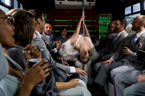 Foto's van het bruidsfeest dat wordt gevierd tijdens het rijden van de ceremonie naar de receptie in een feestbus.