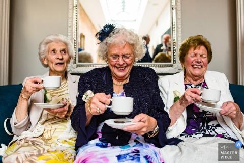 Charlton House Hotel, Somerset, Regno Unito | Foto di ricevimento di nozze che mostra le signore che bevono gin dalle tazze di tè