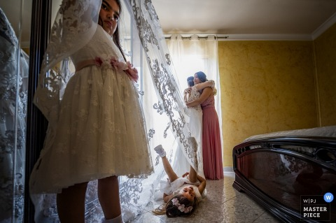 Palmi- Reggio Calabria wedding photo of bride getting ready with sister and bridesmaids