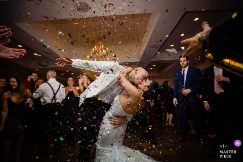 Fotografia przyjęć weselnych Icona Avalon - Panna młoda i pan młody Wychodzili na prezentacje, a drużbowie zestrzelili konfetti.