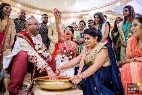 The Hive - London wedding image capturing Hindu Traditional Wedding Games met de bruid, bruidegom, familie en gasten