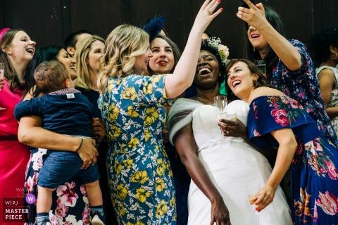 Vestry Hall, Sutton, foto de dia de casamento do Reino Unido da noiva com diversão de foto selfie com amigos