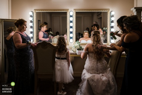 Brigalias wedding photographer | Bride in her final preparations for the ceremony with her entourage.