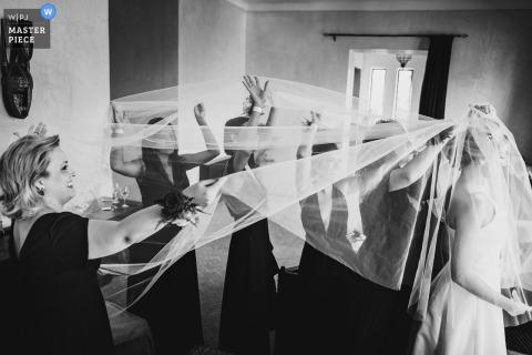 Hochzeitsfotografie vom Capaldi Hotel Marokko - Brautjungfern helfen der Braut mit dem Schleier