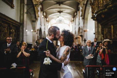 menino conhece menina  - 葡萄牙婚禮攝影在教堂裡
