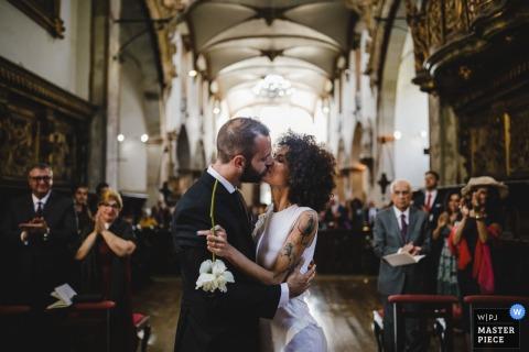 menino conhece menina  - 葡萄牙婚礼摄影在教堂里