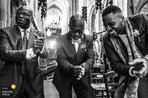 Gasten vieren het huwelijk van hun vrienden in Orleans op deze zwart-wit trouwfoto van een Franse fotograaf in documentairestijl.