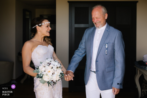 Landhaus Giorgia, Pistoia Braut und ihr Vater, die in diesem Hochzeitstagbild lachen