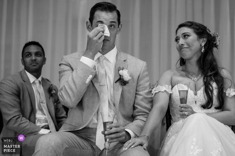 Scripps Seaside Forum - La Jolla, Californie. | La réaction des mariés après un toast donné par son meilleur homme sur cette photo de mariage à S. CA.
