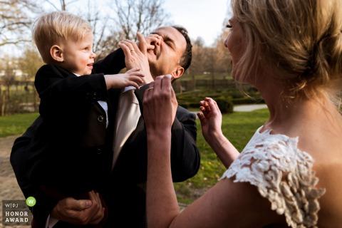 Photo de mariage à Rotterdam | Le fils d'un couple de mariage taquine son père