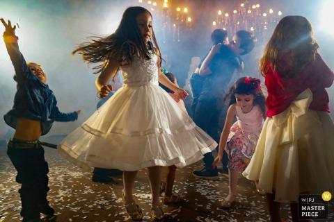Kinder tanzen während des Empfangs im Casamento Talita e Marcos in diesem Bild, das von einem Hochzeitsfotografen aus Goias, Brasilien, verfasst wurde.