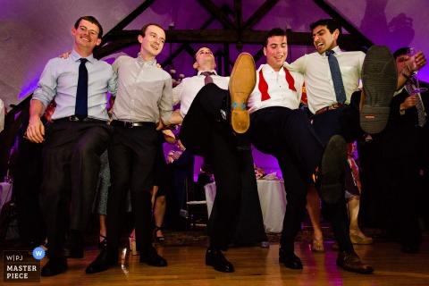 Photographie de réception de mariage au Bar Harbor Club - Le marié et ses amis dansent ensemble à son mariage à Bar Harbor, dans le Maine