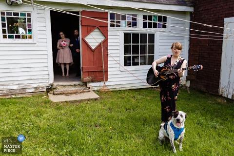 Hochzeitsfotografie von Greene, Maine - Die Braut wartet mit ihrem Bruder auf die musikalische Warteschlange, um die Zeremonie im Familienbauernhaus zu betreten