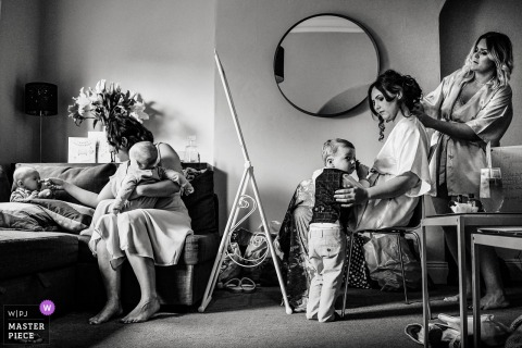 AM PM Belfast Photography - Bride prep odbywa się w Air BnB w Belfaście