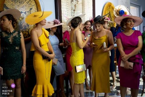 Hochzeitsfotografie in der Hacienda del Alamo - Warten auf die Braut - Frauen mit Hüten