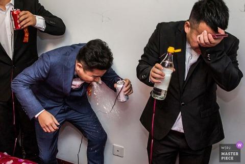 Peking Hochzeitstag Spiele - Fotografie von Bräutigam und Trauzeugen