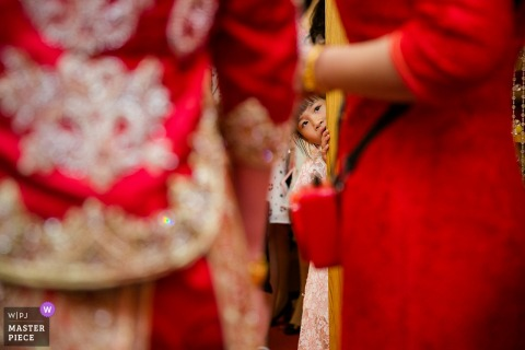 Fujian Fuzhou Wedding Photography of Little girl peeking at the bride