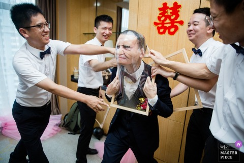 Lijiang Hotel Fujian/Fuzhou Wedding Day Photography - The groom is playing games at present.
