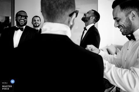 Hochzeitstag-Fotografie Koh Samuis, Thailand, die Bräutigam und Groomsmen vor Zeremonie zeigt