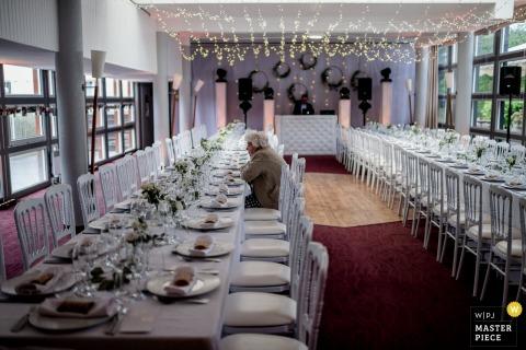 Un invité prend place dans la salle de réception du Domaine de L'Abbatiale à Kerdréan, en France, sur cette photo de mariage par un photographe de Melbourne, en Australie.