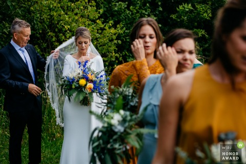 Erfgoed Bossem outdoor wedding photos | Bride, her father and bridesmaids before the walk down the aisle