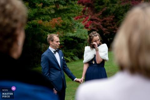 Jardins chantants de CJ Dennis Photographie de mariage | C'est lors de la cérémonie intime que le célébrant parlait de l'histoire d'amour du couple. La mariée a eu un peu de larmes alors le marié lui a pris la main.