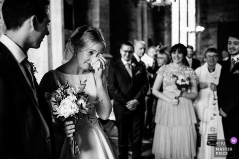Yelling, Northamptonshire, Vereinigtes Königreich - Foto der emotionalen Braut, die die Kirche verlässt