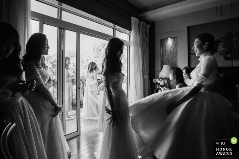 Shanghai, China actual wedding day pictures | The bride and bridesmaids have finished their makeup and wait for the groom to pick up.