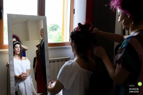 Photography of the bride before her wedding ceremony at Santa Maria della Pieve - Arezzo - The first look between tha bride and her father