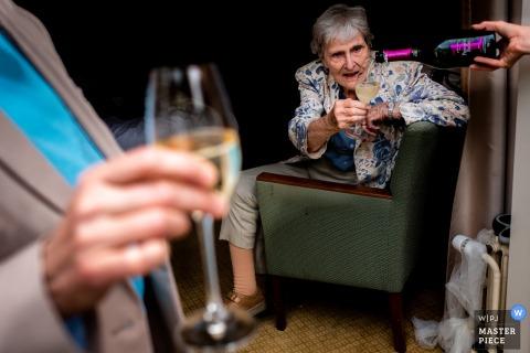 Fotografia ślubna Kasteel Kerkebosch | Babcia była świadkiem, jak się przygotowuje. Od włosów po makijaż i oczywiście szampana.