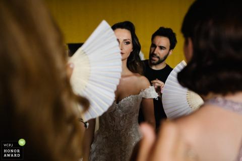Villa Corsini Toskana Fotos der Braut, die sich an einem heißen Tag mit Fans fertig macht