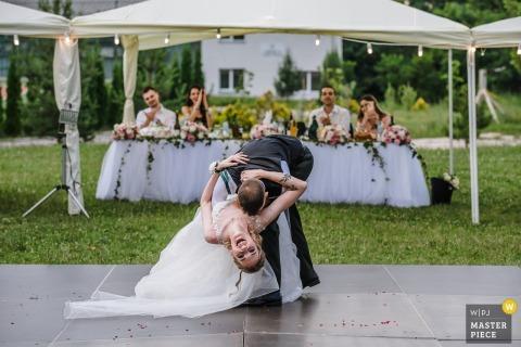 El novio sumerge a la novia casi en el piso en esta foto documental de un fotógrafo de bodas de Sofía, Bulgaria.