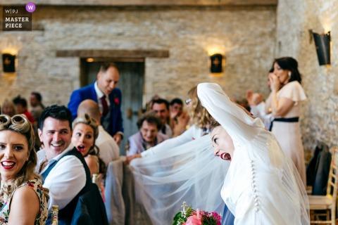Oxleaze Barn Cotswolds婚禮場地攝影師 - 隨著新娘的面紗客人在椅子上宣布了一對夫婦 - 隨之而來的震驚/笑聲......