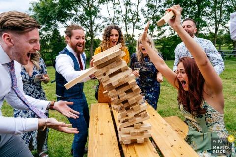Escheat Farm nr Woburn Hochzeitsfotografie - Gäste, die begeistert Jenga spielen