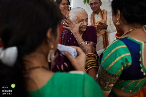 Gujarat India Fotografía de la emoción de la boda | mujer limpiando las lágrimas.