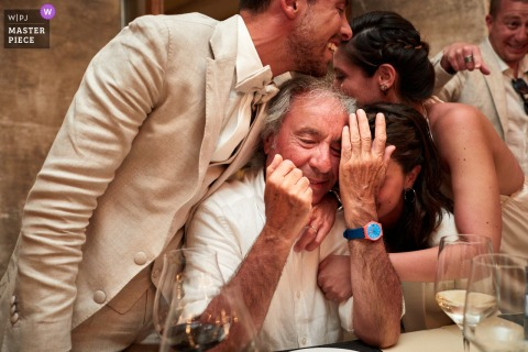 Emocje weselne na wyspie Formentera, rodzinne zdjęcia w recepcji