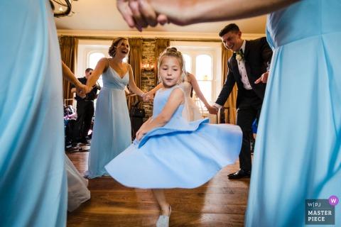 Wilton Castle, Irlanda Fotografía de boda documental que muestra a la niña de las flores bailando en círculo de la fiesta nupcial