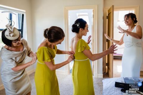 Ashley Park House, Irlanda documental fotografía de boda | Vestir a las damas de honor / rockear el barco!