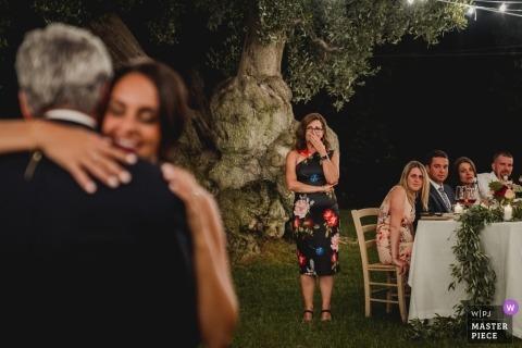 普利亚新娘跳舞的结婚宴会与她的父亲的一个室外婚礼事件的。