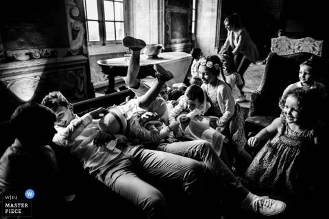 Eine Gruppe von Kindern bei einer Hochzeit im Château de Bagnols