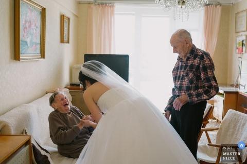 Die Braut hat eine Mutter mit ihren Großeltern vor der Zeremonie in der Kirche in Zvolen, Slowakei.