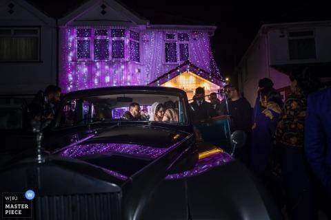 Newbury Racecourse, UK Wedding Reportage - Dizendo adeus aos noivos fugir do carro após a recepção.