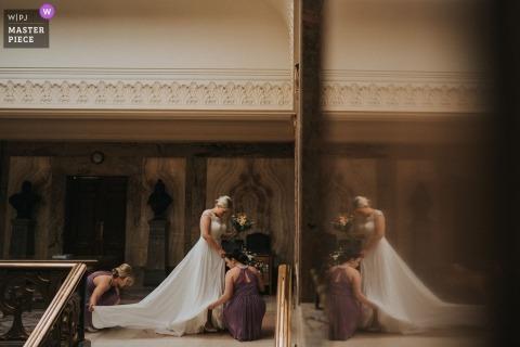 Huwelijksfotografie van de bruid die zich klaar maakt om door het gangpad bij het stadhuis van Wandsworth te lopen