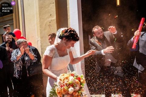 Chiesa di Samone canavese TO - Fotografía de la boda en la iglesia de los colores capturados en el lanzamiento de arroz de la novia