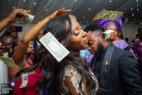Froyle Park, Hampshire, UK Hochzeitsreportage - Hochzeitsfest tanzen mit Geld in der Luft fliegen