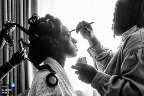 Chigwell Hall, Fotografía de boda de London Bride Prep en blanco y negro