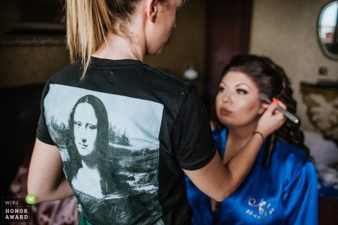 T-shirt Sofia Mona Lisa sur la maquilleuse - Préparer la photographie avant le mariage.