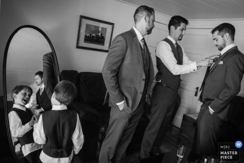 Palos Verdes Estates, CA, La Venta Inn - trouwlocatie foto's | Een jonge jongen speelt met zijn spiegelbeeld terwijl de groomsmen zich klaarmaken