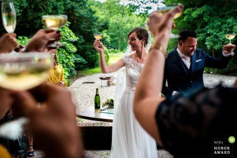 Fotografia ślubna Kasteela Kerkeboscha | W chwilę po ceremonii toast za wszystkich znajomych i rodzinę